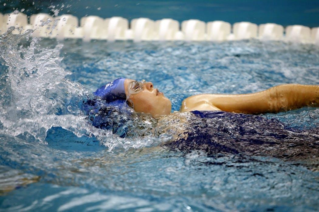 Kvinna som simmar